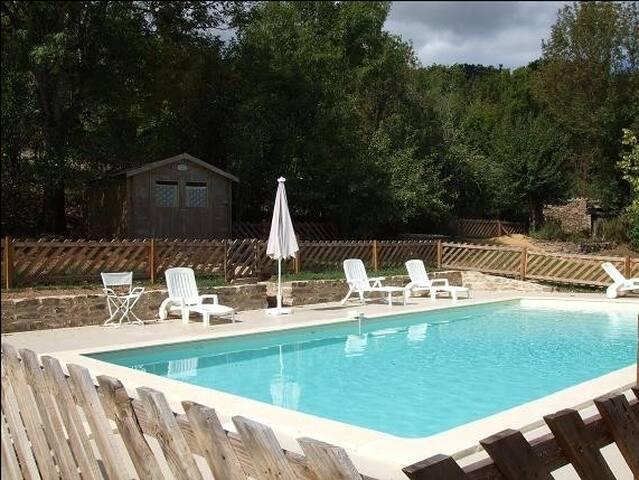 Le Mas Blanc, maison et piscine .