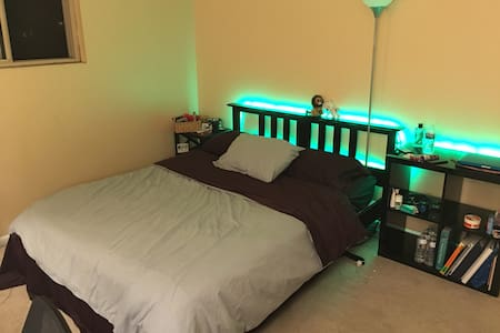 Private room with Queen bed. Walk to downtown! - State College - Appartamento