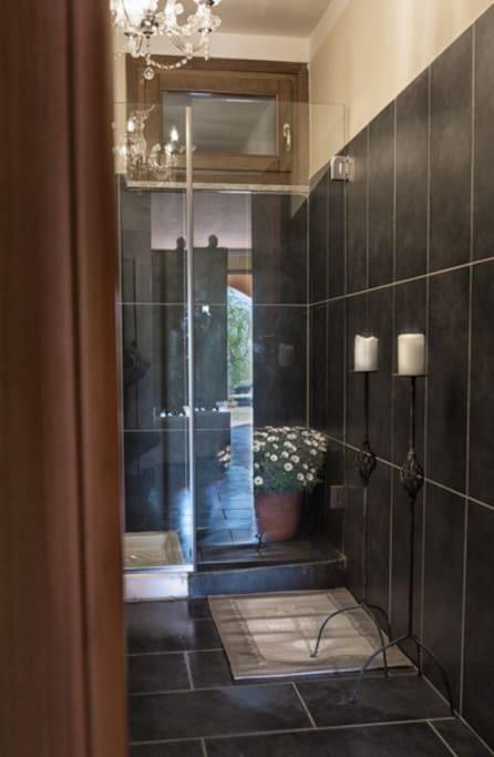 Il bagno con doccia al piano terra