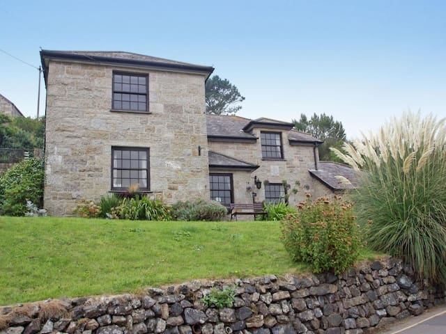 MENGARTH, pet friendly, with open fire in Cadgwith, Ref 959728