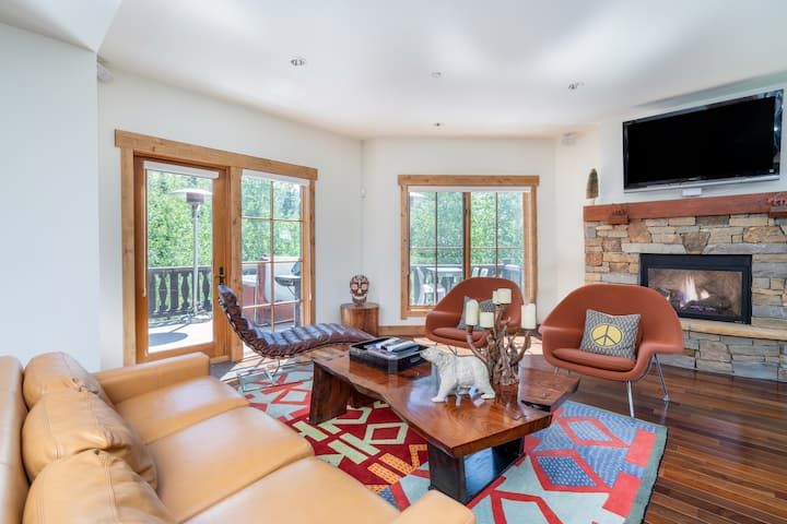 Quiet and Colorful Townhouse Just Steps from the Slopes with a Hot Tub and Plenty of Privacy