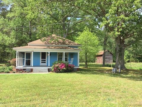 Blue Moon Haven- Cozy Vintage Cottage in Mathews