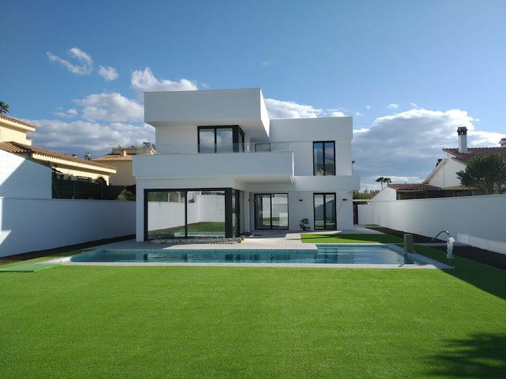 Villa with spa pool, garden and basketball court