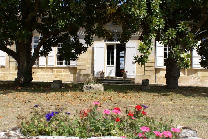 Château les Eyquems - Tauriac - Bed & Breakfast
