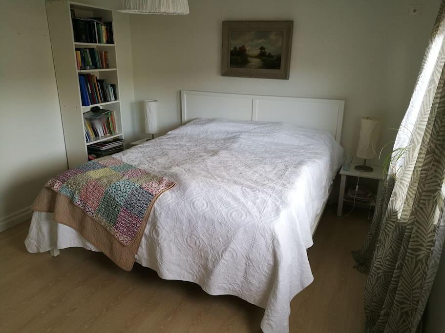 sovrum med skön dubbelsäng