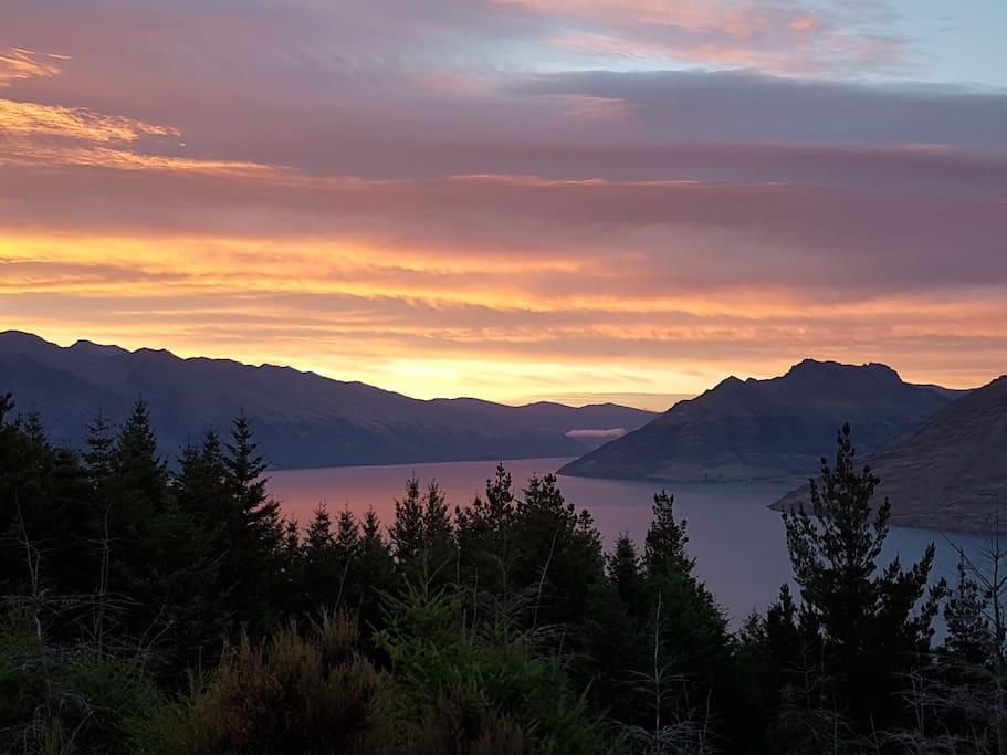 Walk up Queenstown Hill for a spectacular sunrise