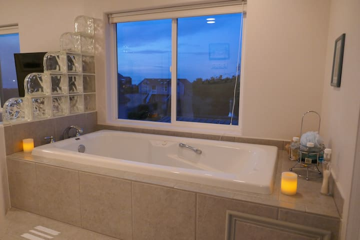 Serenity by the Sea - Ocean View - Jetted Tub - Seal Rock - Hus