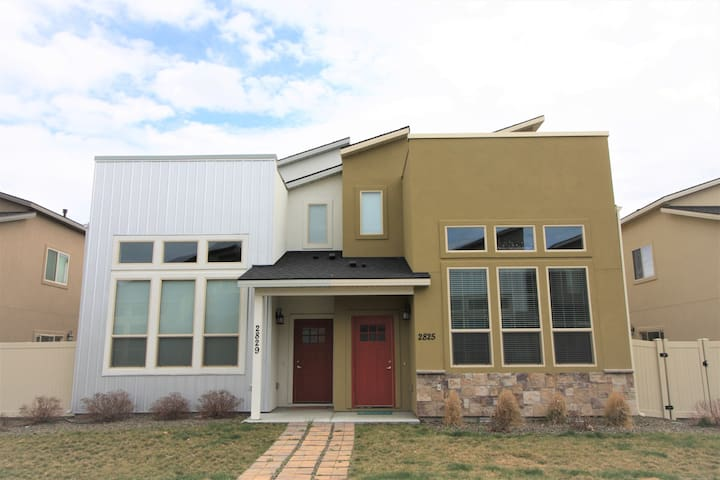 3 BD/3.5 Bath Townhouse near the Village Meridian