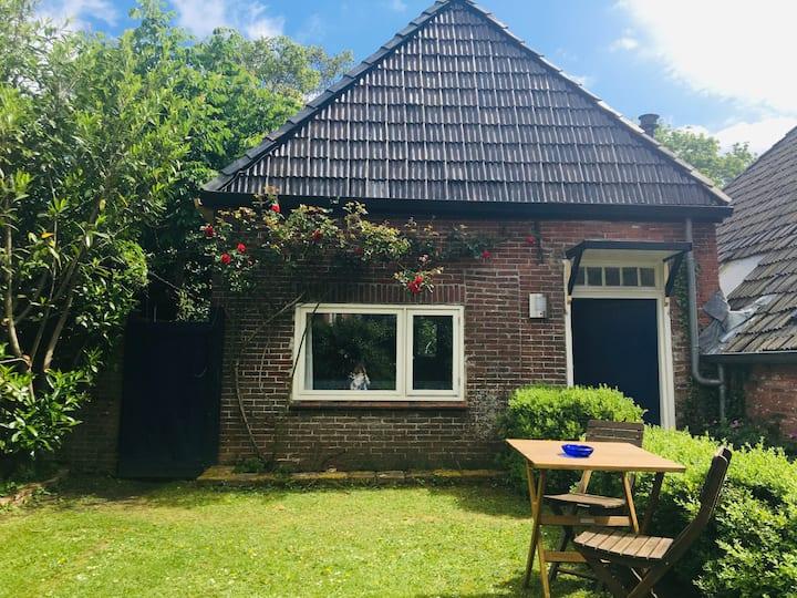 Landelijk huisje met weelderige binnentuin