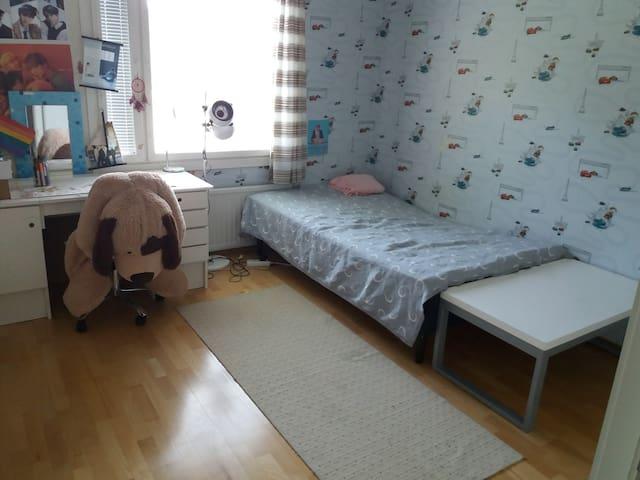 Makuuhuone. Bedroom.  120cm leveä sänky.