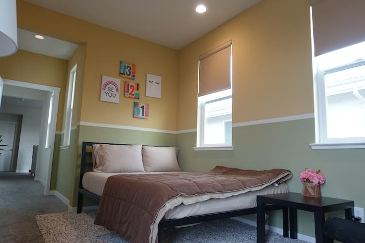 Private bedroom # 1 - 15mins to downtown/airport