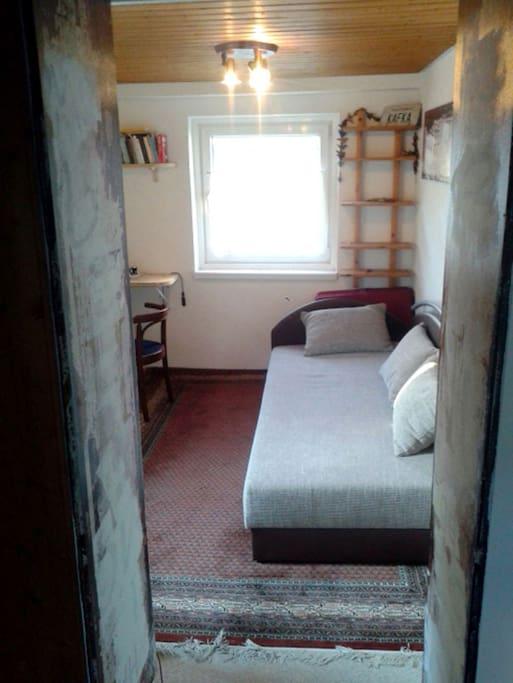 Separates Zimmer mit zwei Fenstern, einem Schreibtisch, Flachbild-TV. Ruhig, gemütlich und bequem.