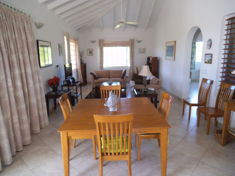Spacious dining/sitting room. Table sits 6 comfortably.