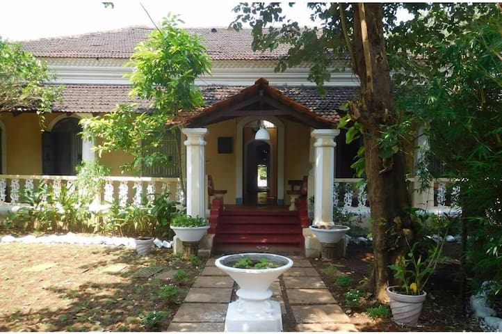 Vista Luxurious Villa with Rooms - North Goa