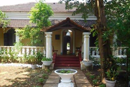 Vista Luxurious Villa with Rooms - North Goa - Villa