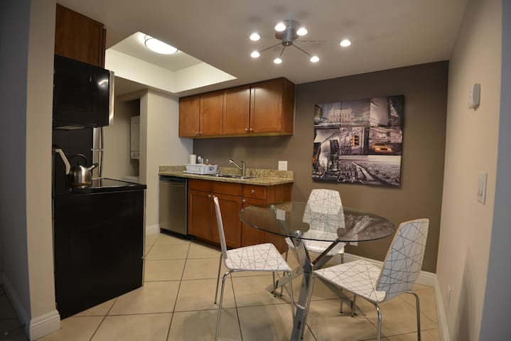 1BR/1BA Balcony, Pool, Washer/Dryer near Strip 296