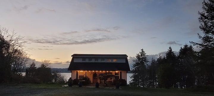 Olympia Waterfront Quaint Beach Cottage. Near I-5.