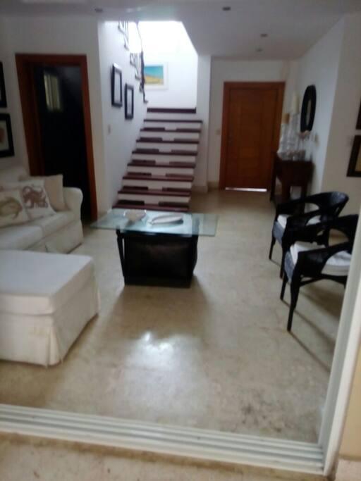 Sala - primer piso y escalera