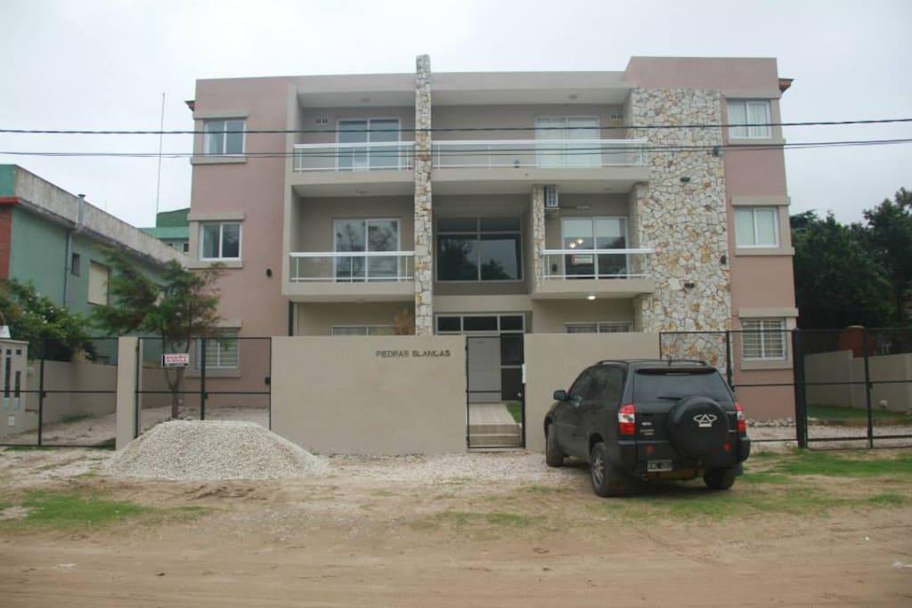 Frente del Edificio, Departamento 1 Piso a la IZQ