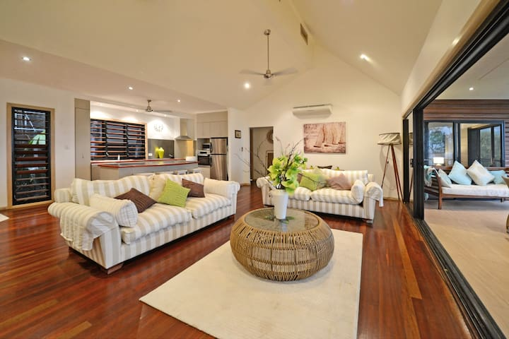 centrally located,sea views,private pool , - Airlie Beach - House