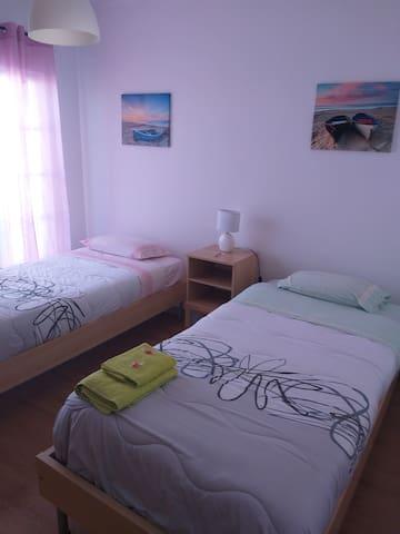 Quarto com duas camas de solteiro primeiro andar