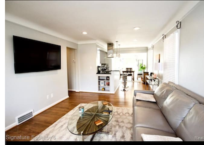 Immaculately clean house in Royal Oak!(Rare find)