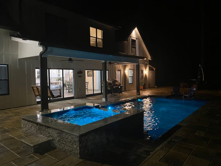 Brand new lake house with a pool at Lake Hartwell