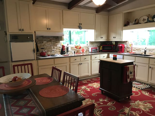 Table for 8, kitchen with dishwasher, oven, Keurig
