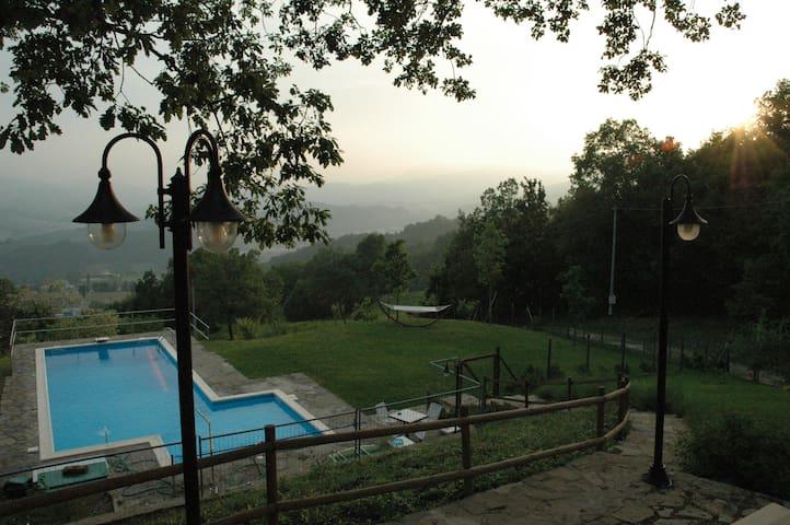 CASA INDIPENDENTE CON GIARDINO E PISCINA PRIVATA - Carpineti - Haus