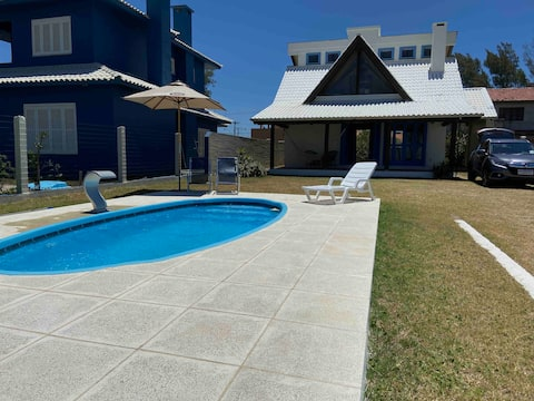 Hermosa casa con piscina junto al mar