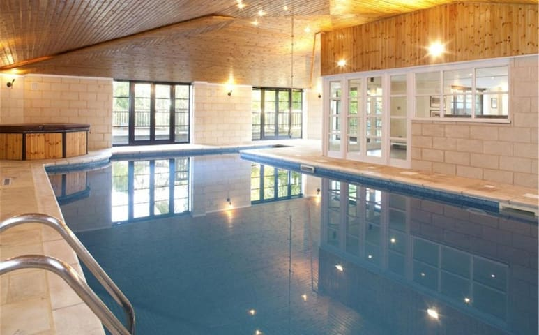 Spacious house and a leisure complex with pool - Bidborough