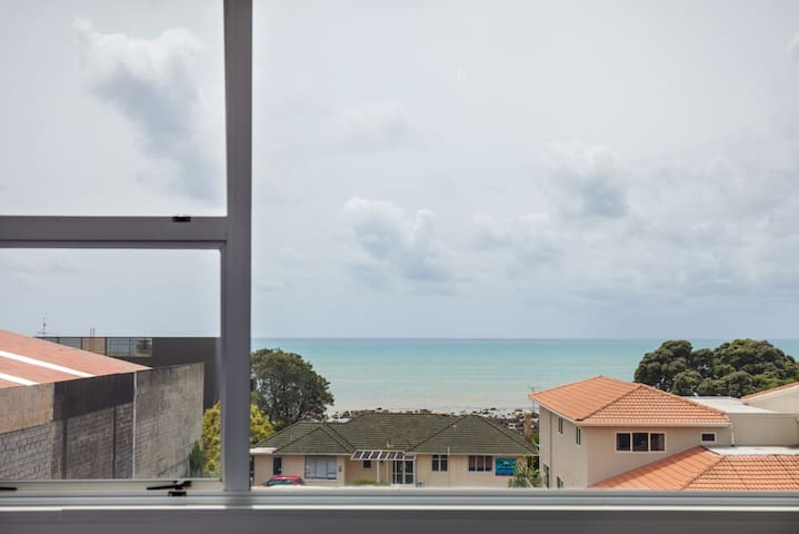 Conveniently located large apartment with a view - New Plymouth - Apartemen