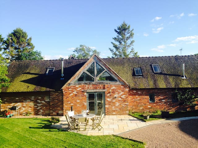 Contemporary Barn conversion with Hot Tub & field - Draycott in the Clay