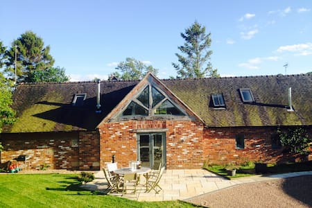 Contemporary Barn conversion with Hot Tub & field - Draycott in the Clay - Hus