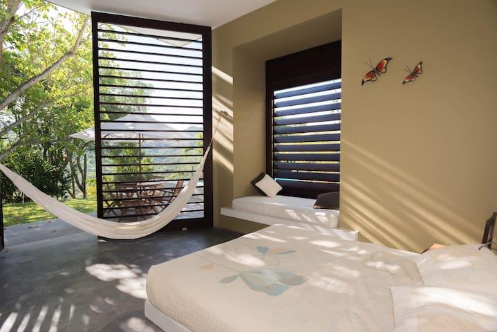 Habitación 2: cama queen + cama sencilla