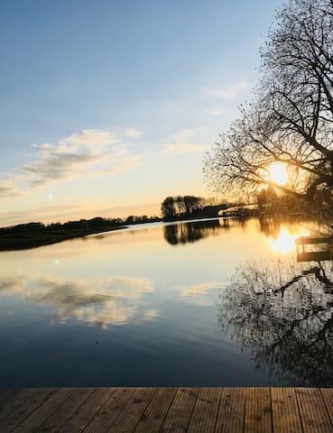 Genießt wunderschöne Sonnenuntergänge am Steg mit Blick auf die Dove Elbe / Enjoy a beautiful sunset on the footbridge overlooking the river