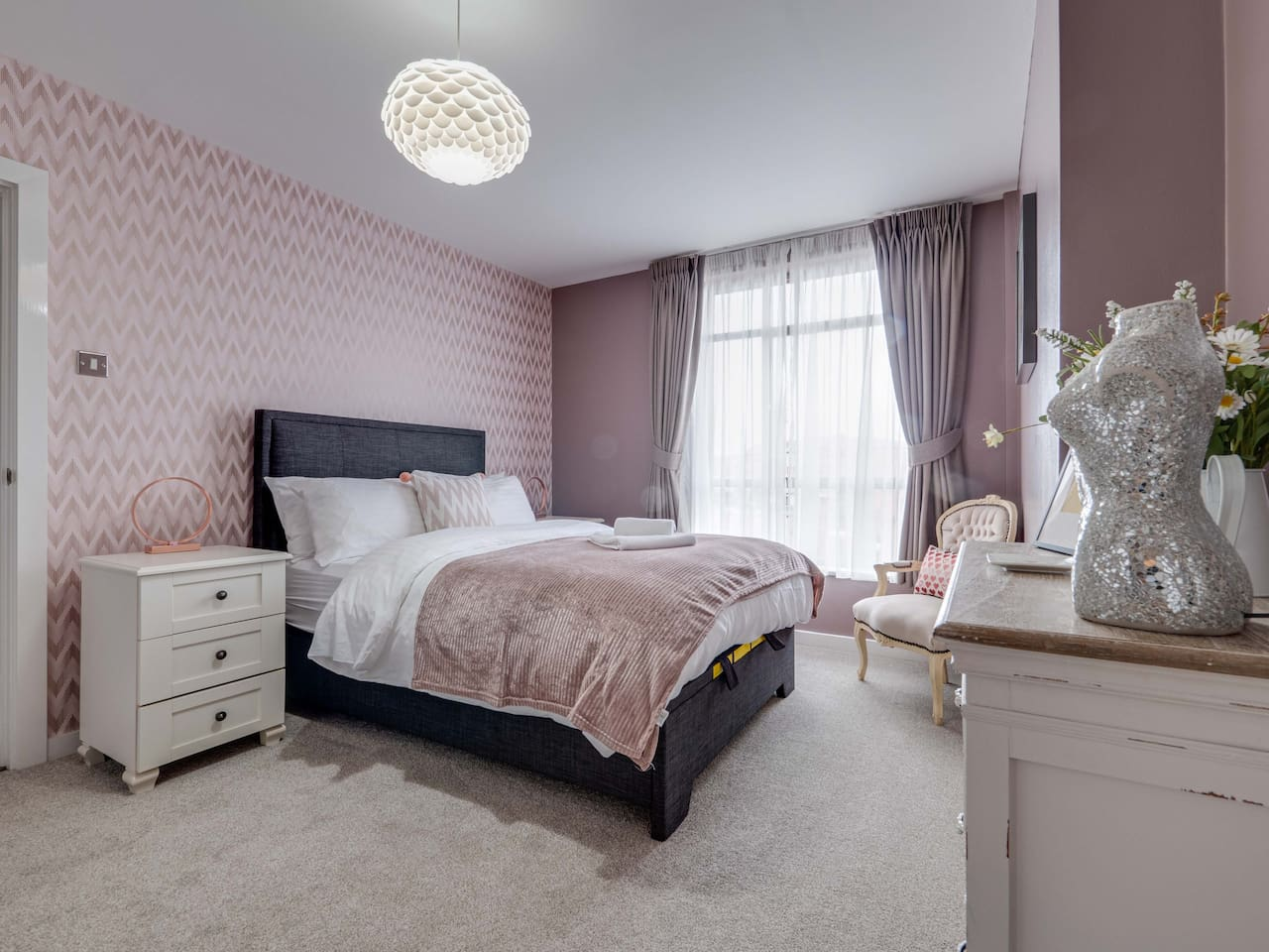 Large deluxe master room with super comfy bed and en-suite