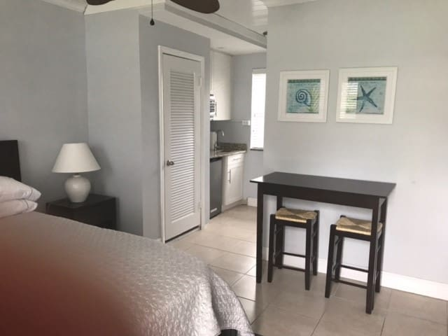 Renovated Delray Efficiency Condo Steps to Beach