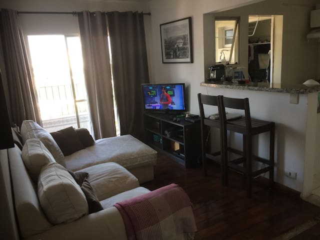 Sala-dormitório em ap compartilhado.