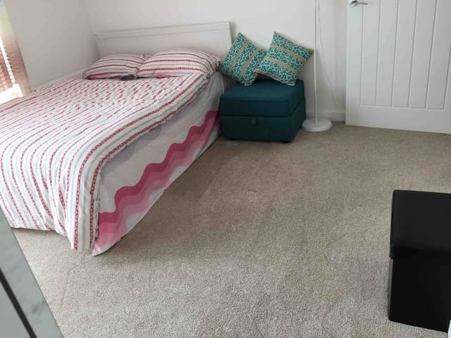 En-suite double room close to central line station