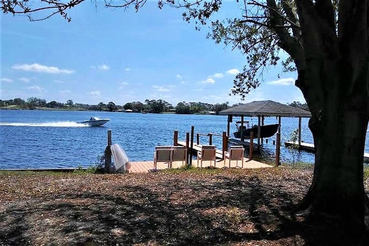 Lake Henry with dock, sleeps 7