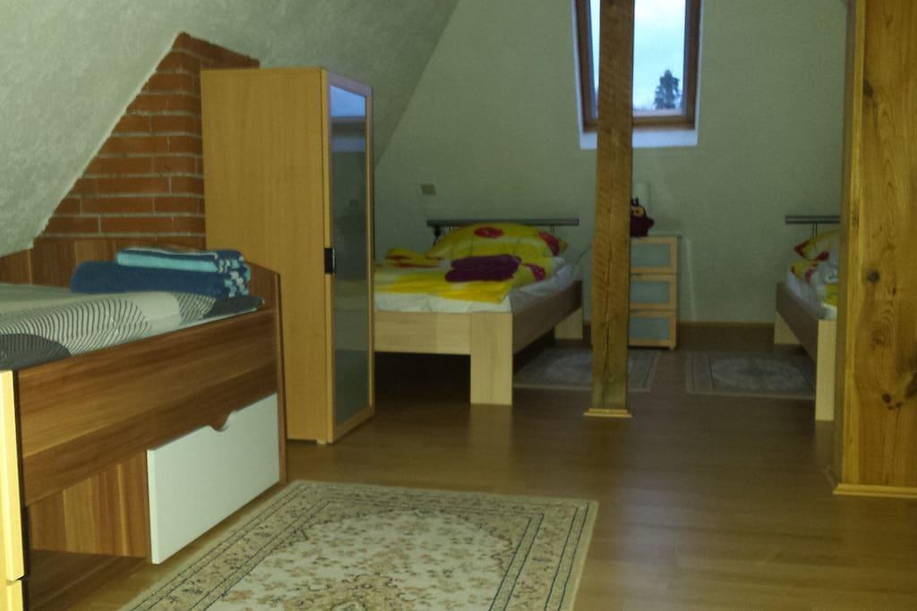 oder Schlafzimmer wahlweise auch mit drei freistehenden Betten...