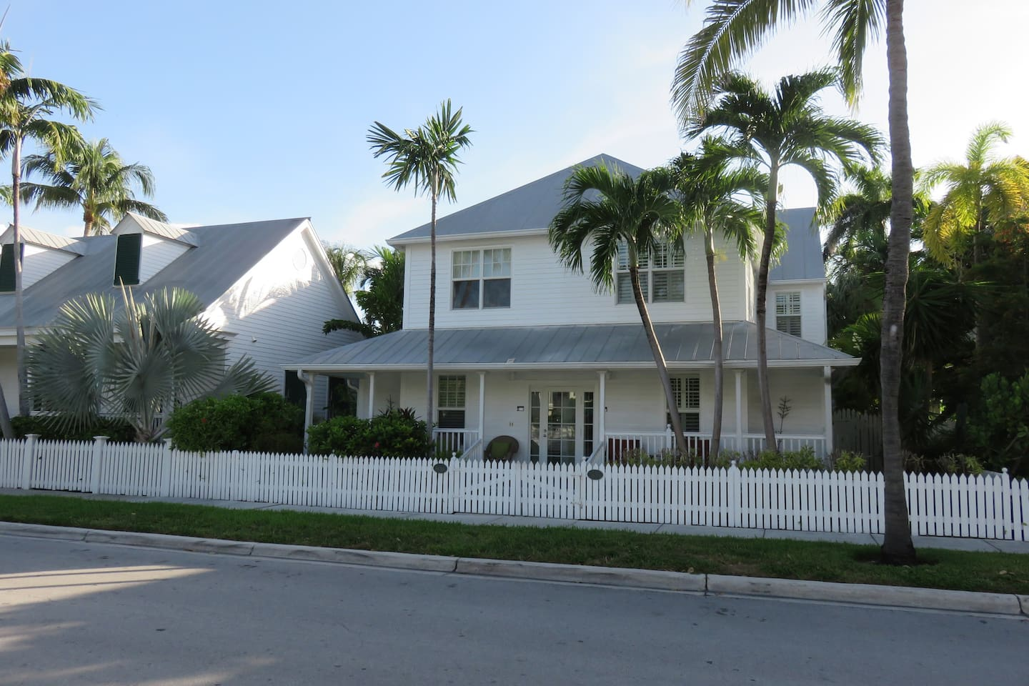 Fabulous 4 Star Home + Cottage, private pool, free wifi, walk to everything!