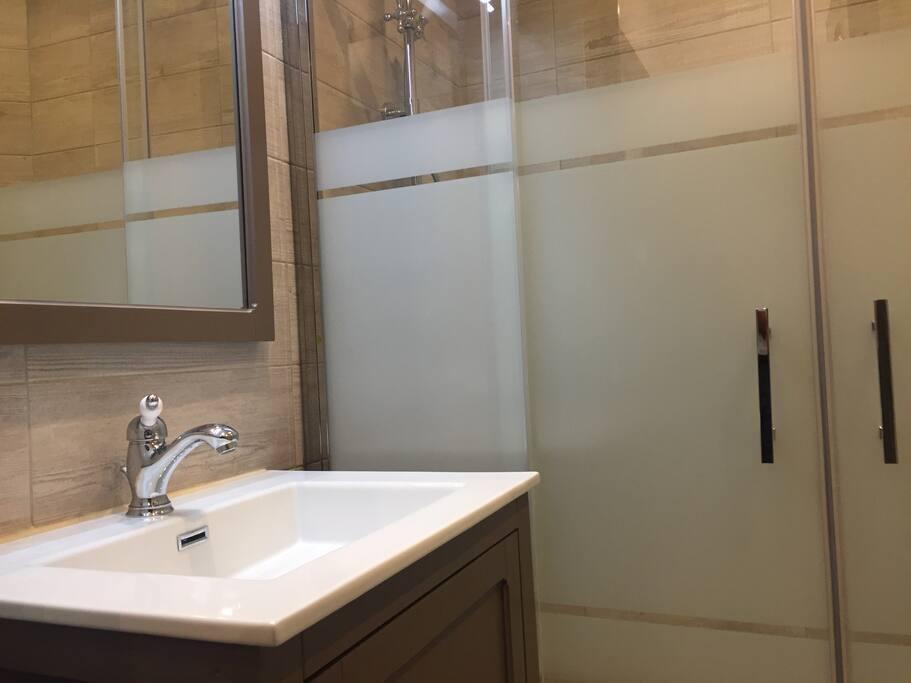Salle de bain avec WC.