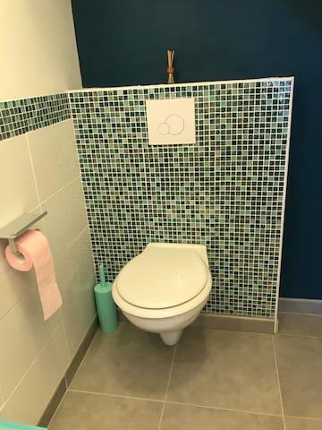 Cabinet de toilette au rez-de-chaussée
