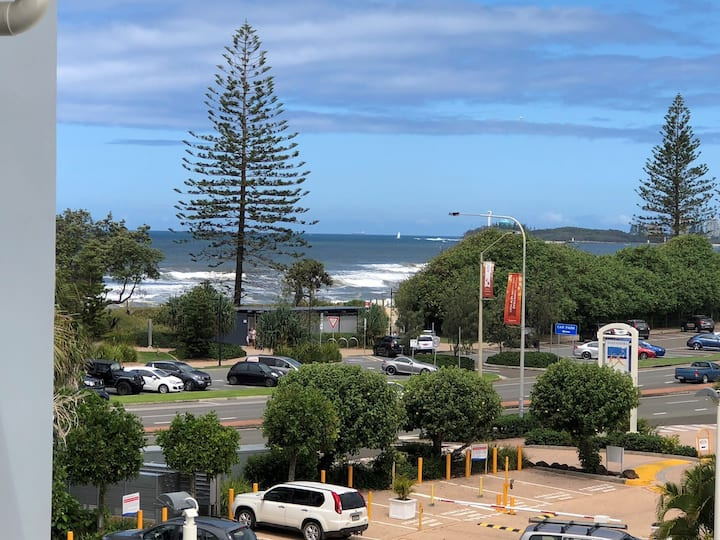 Opposite the pristine beach of Alexandra Headland