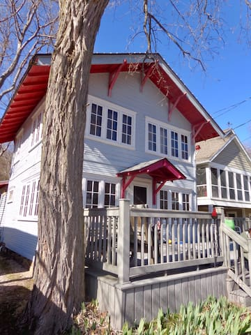 Cozy, Historic Cottage, walking distance to lake.