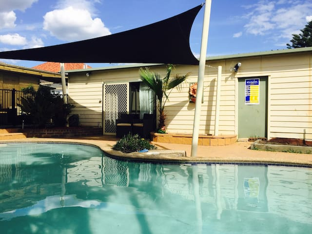 Poolside self contained studio - Riverwood - Guesthouse