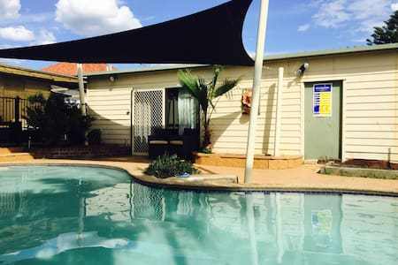 Poolside self contained studio - Riverwood - Pension