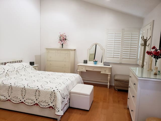 King room 1 with private bath for professional